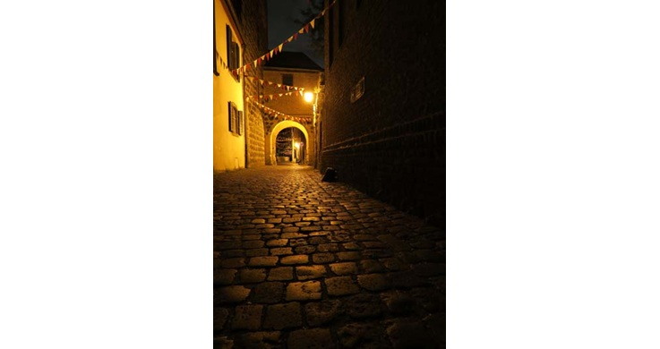 Image of a narrow pathed street taken with the Canon PowerShot G7X digital compact camera